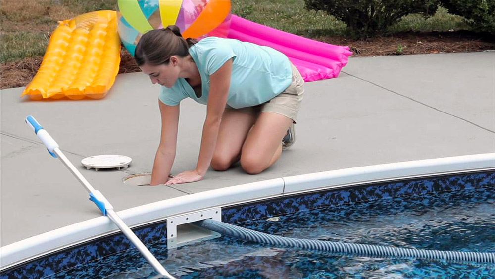 How to vacuum pool manually